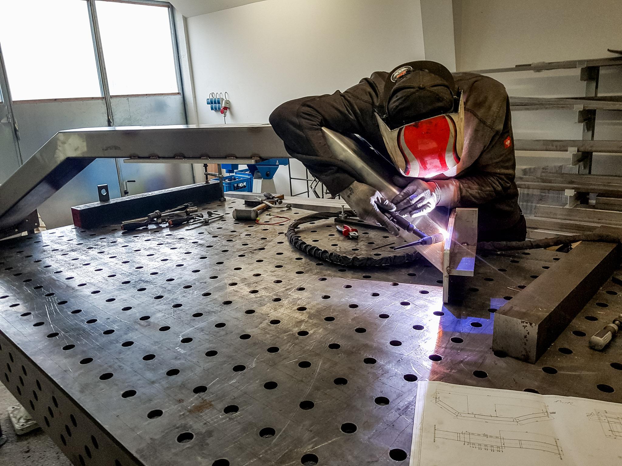 schweißender mitarbeiter der bf maschinen- & metallbau gmbh